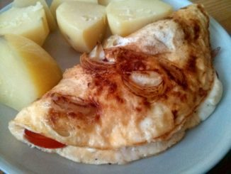 omeleta se šunkou a rajčaty