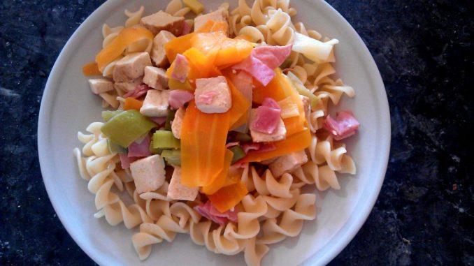 těstoviny s tofu, pórkem a mrkví
