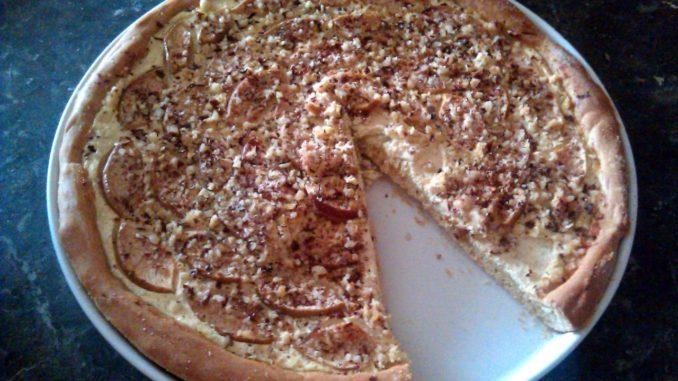 kynutý tvarohový koláč s jablky a ořechy