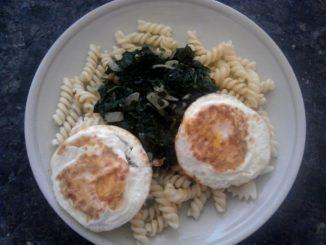 těstoviny se špenátem, smetanou a sázeným vejcem