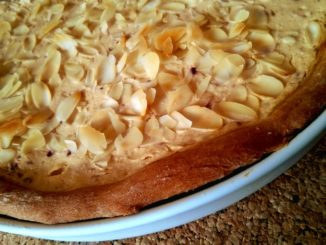 kynutý koláč s broskvemi