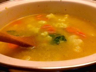 květáková polévka s mrkví a bramborem