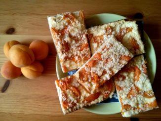 Výborný meruňkový koláč s drobenkou a tvarohem