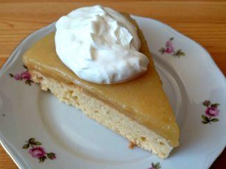 jablečný dort s pudinkem a zakysanou smetanou