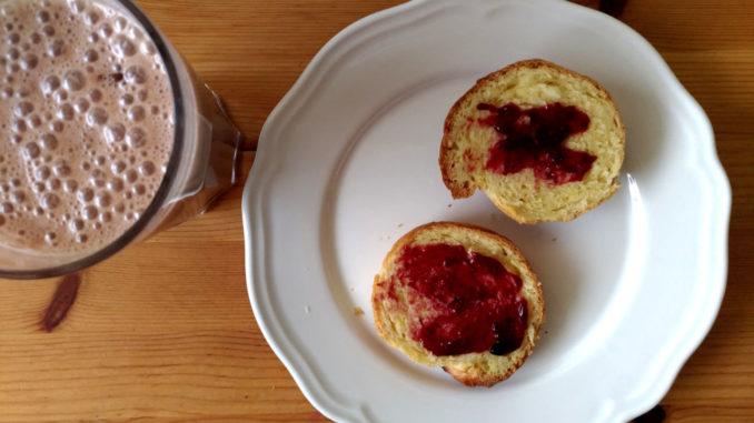 velikonoční jidáše s domácí marmeládou a mlékem