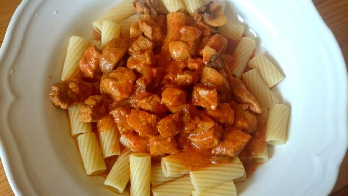 těstoviny s vepřovým masem
