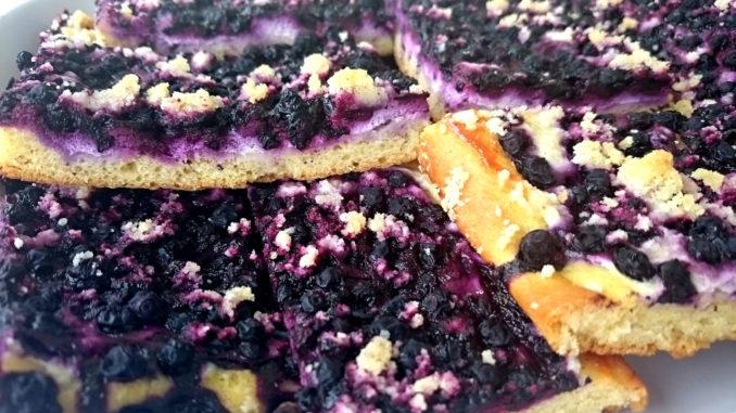 borůvkový koláč z kynutého těsta s drobenkou