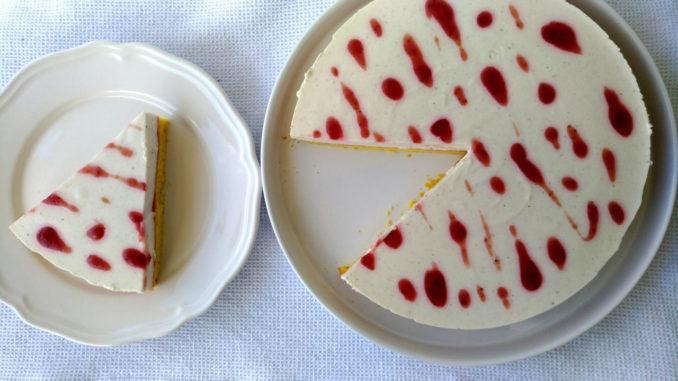 kousek tvarohového dortu s jahodami