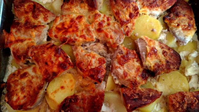 zapečené vepřové maso s bramborami v zapékací misce