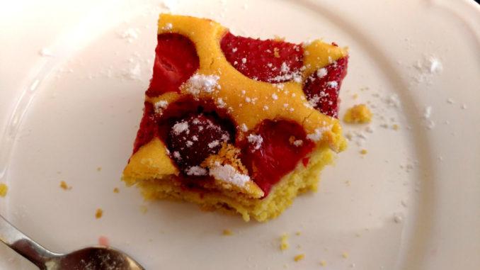 piškotová jahodová bublanina na talíři