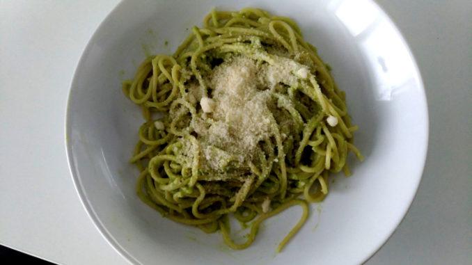 těstoviny s avokádem a parmazánem